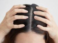 頭皮マッサージをする女性イメージ