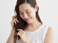 髪の毛先にオイルをなじませる女性イメージ