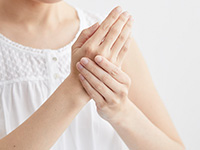 手をマッサージする女性のイメージ